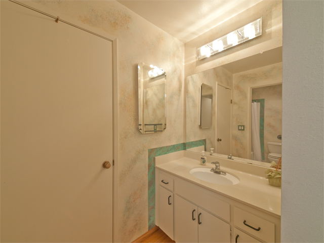 Upstairs Bath (B) - 125 Ortega Ave