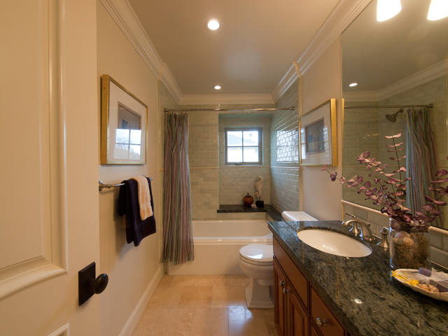 Upstairs Bath (B)