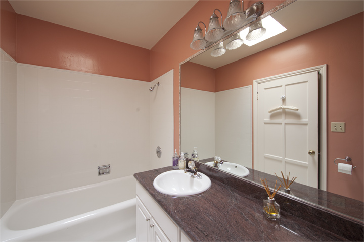 Bathroom 2 (A) - 1826 Hillman Ave