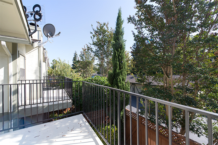 Balcony (A) - 175 Evandale Ave 4