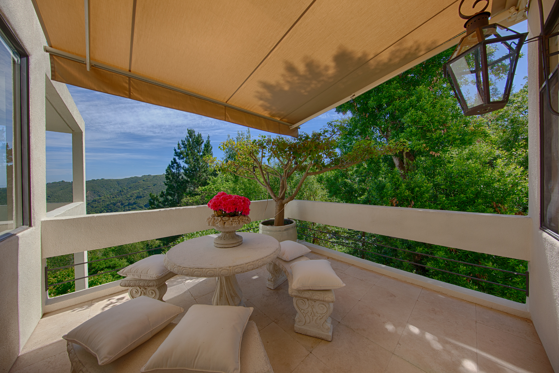 Dining balcony a 56 el rey rd portola valley 94028 for Restaurants with balcony