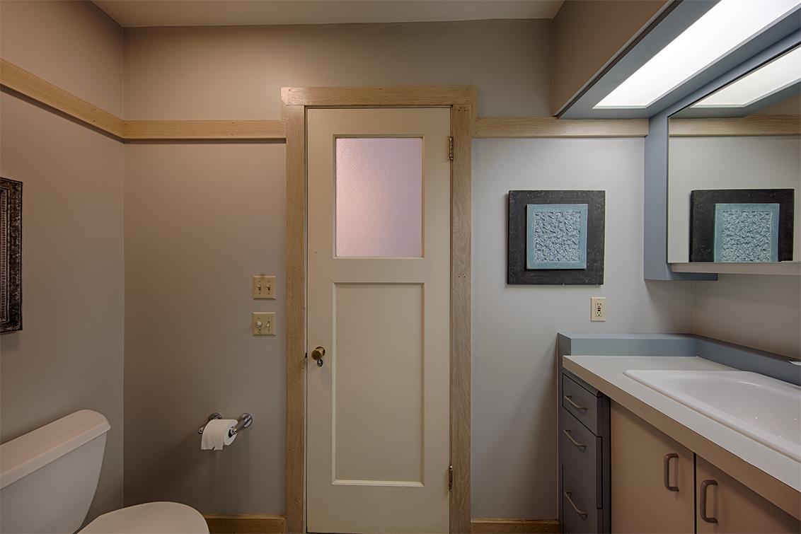 Bathroom 2 (B) - 569 Lowell Ave