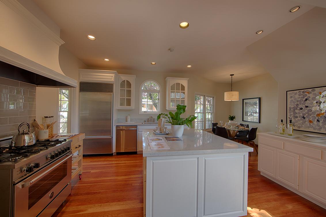Kitchen (B) - 725 Center Dr