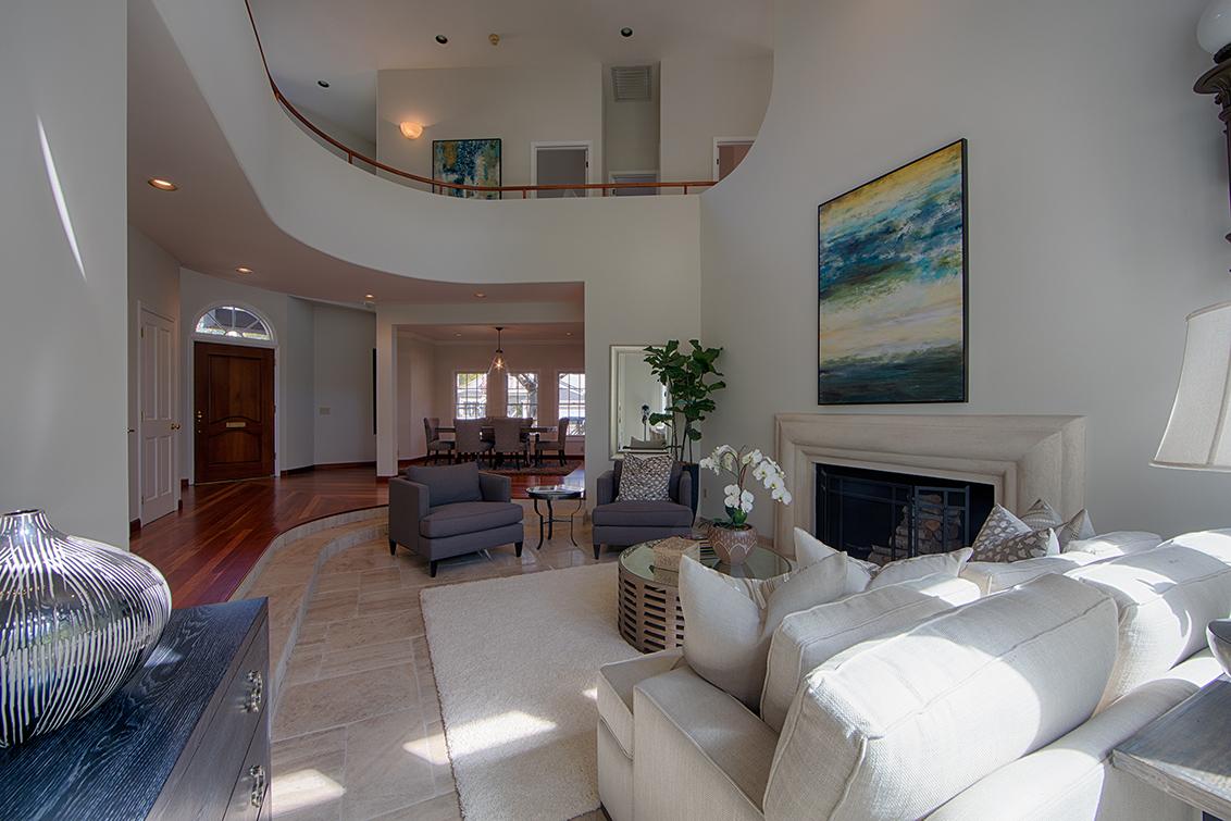 Living Room (C) - 725 Center Dr
