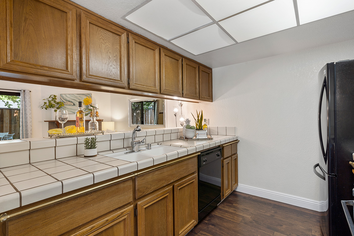 Kitchen (B) - 2572 Village Dr