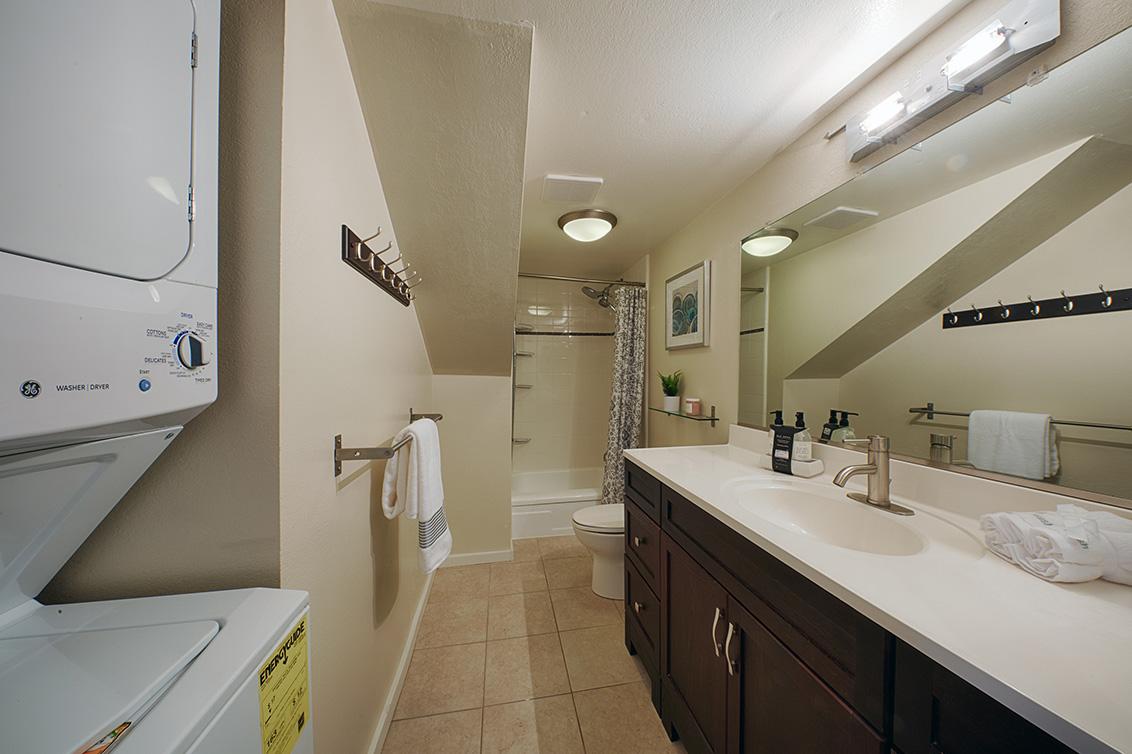 Bathroom (B) - 566 Vista Ave